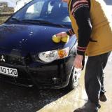 Schluss mit der aufwändigen Handwäsche: Für einen Wagen mit spezieller Lackkonservierung genügt das einfachste Waschprogramm der Waschstraße. Foto: djd/Classic Motor Farm